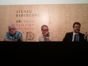 D'esquerra a dreta: Albert Riba, president d'Ateus, Bernat Castany, responsable de la Tertúlia Borralleras i Santiago Castellà en el decurs de la seva intervenció